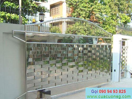 mẫu cổng sắt hộp và hàng rào bề mặt inox sáng bóng sang trọng