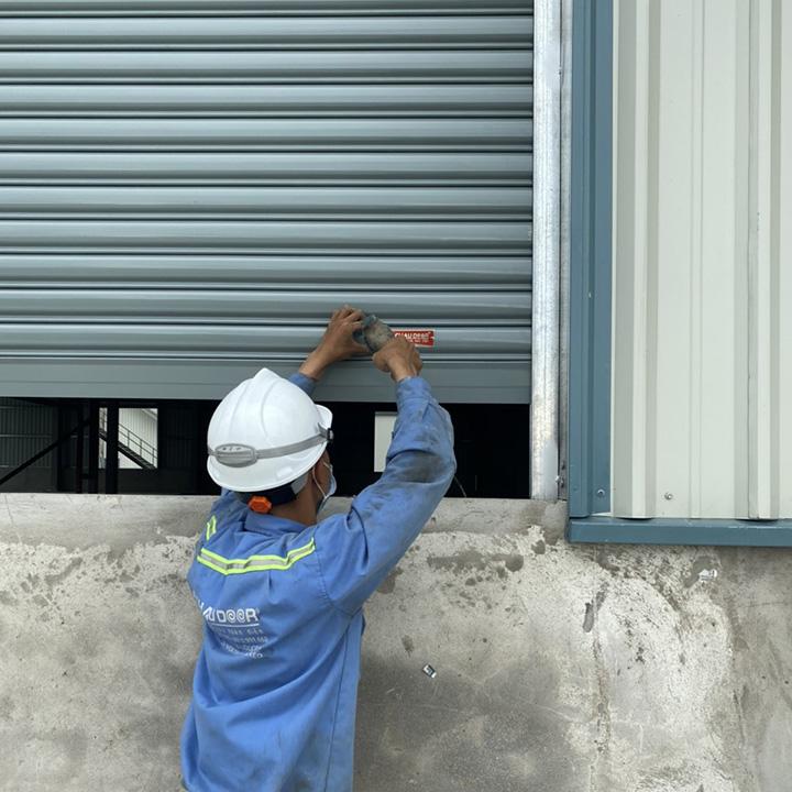 Kỹ thuật viên sửa chữa thi công cửa cuốn Á Châu